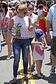 ariel winter farmily fun at the farmers market 28