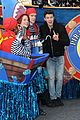 shawn mendes sofia carson thanksgiving day parade 03