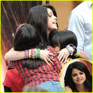 Selena Gomez: Costa Mesa Meet &#038; Greet