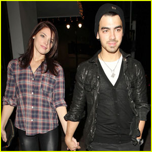 Joe Jonas & Ashley Greene: Beso Dinner Date