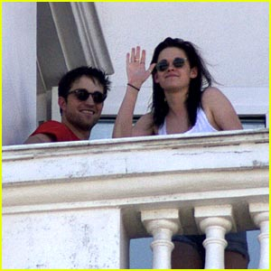 Kristen Stewart & Robert Pattinson: Balcony Buddies