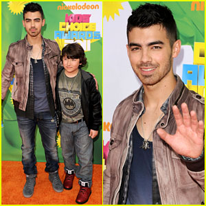 Joe Jonas - KCA 2011 Orange Carpet with Frankie!