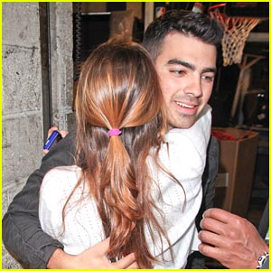 Joe Jonas: Hugs From Fans in NYC!