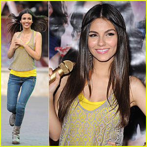 Victoria Justice: Hard Rock Cafe CD Signing!