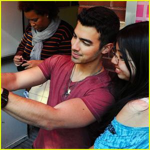 Joe Jonas: Photo Fun With Fan!