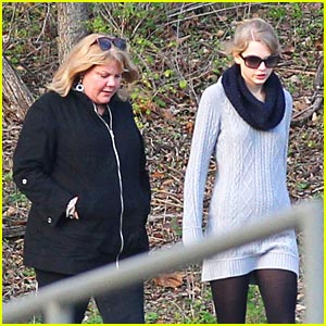 Taylor Swift & Mom Andrea: Park Pair