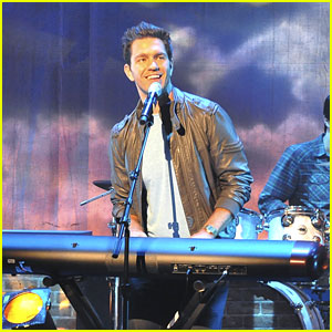 Andy Grammer Performs on 'So Random'!
