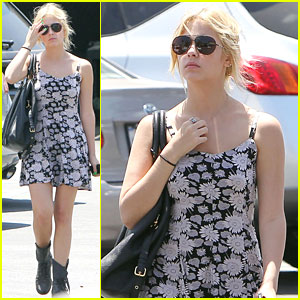 Ashley Benson & Ryan Good: Shopping Mates!