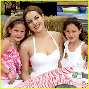 Elizabeth Gillies: Einstein Hamptons Family Day!