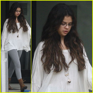 Selena Gomez: Steven Spielberg Pediatric Research Center Visit