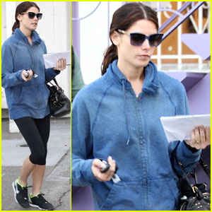 Ashley Greene: Nail Salon Stop