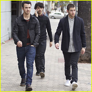 Nick, Joe & Kevin Jonas: Back In LA!