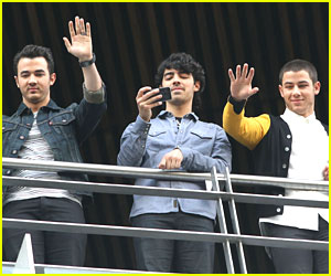 Nick, Joe & Kevin Jonas: Balcony Boys in Mexico