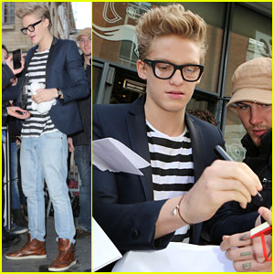Cody Simpson: Fan Friendly in Paris!