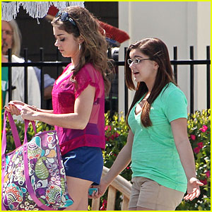 Sarah Hyland & Ariel Winter: 'Modern Family' at the Pool