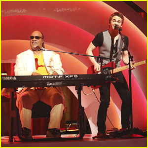 Hunter Hayes Performs on 'Dancing With The Stars' with Stevie Wonder