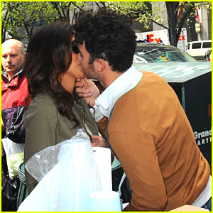 Kevin &#038; Danielle Jonas: Gelato Stand Kisses