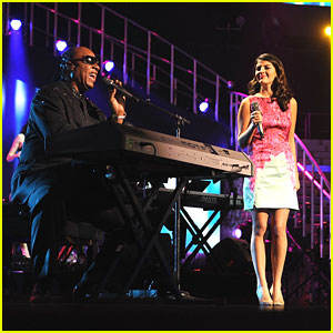 Nikki Yanofsky Sings with Stevie Wonder at Keep Memory Alive Gala