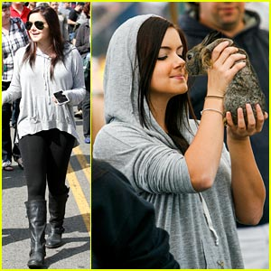 Ariel Winter Makes a Furry Friend at the Farmer's Market