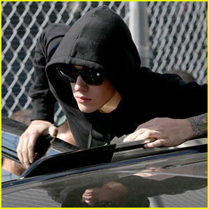 Justin Bieber Surrenders to Toronto Police for Assault Charge (Video)