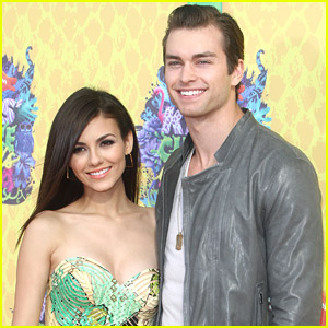 Victoria Justice Brings Boyfriend Pierson Fode to Kids' Choice Awards 2014