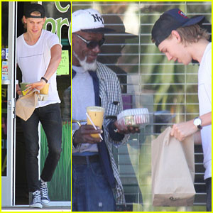 Austin Butler Buys Food for Homeless Trumpet Player Outside L.A. Eatery