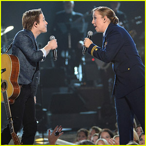 Hunter Hayes Sings with Coast Guard LTJG Katie Spira at Salute To The Troops Concert