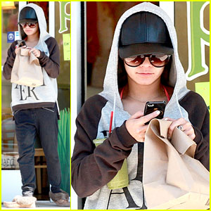 Vanessa Hudgens is Good at Disguising Herself for Yoga Class!