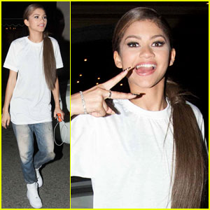 Zendaya Flashes a Peace Sign After the 2014 Radio Disney Music Awards!