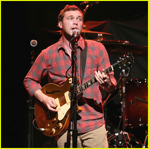 Phillip Phillips Performs on His 24th Birthday!