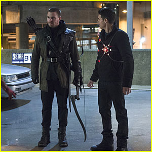 Stephen & Robbie Amell Share the Screen Together for the First Time as Arrow & Firestorm
