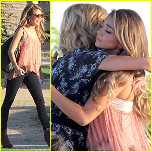 Sarah Hyland & Julie Bowen Hide Behind Tree During 'Modern Family' Filming