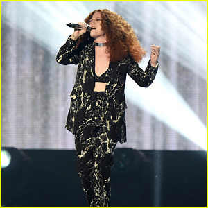 Jess Glynne Sings 'Hold My Hand' in BRIT Awards 2016 Performance - Watch Now!