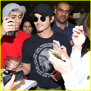 Tyler Blackburn Arrives in Brazil Ahead of 'Pretty Little Weekend' Convention