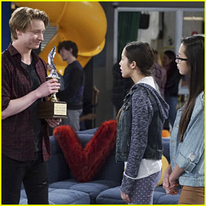 Calum Worthy Guest Stars on 'Bizaardvark' Tonight!