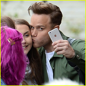 Olly Murs Can't Stop Kissing Fans on Radio Tour