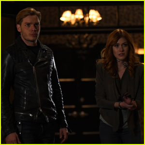 Jace Walks in On Clary & Simon on Tonight's 'Shadowhunters'