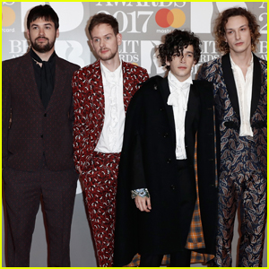 The 1975 Take Home Best British Group at Brit Awards 2017! (Video)
