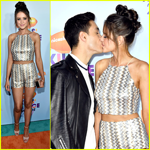 Gabriel & Jess Conte Kiss on KCAs Orange Carpet!