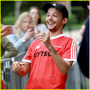 Louis Tomlinson Can't Stop Laughing While Taking Selfies With Fans!