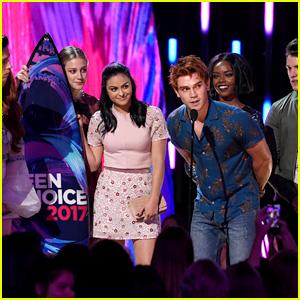 KJ Apa Accepts Surfboard for 'Riverdale' at Teen Choice Awards 2017
