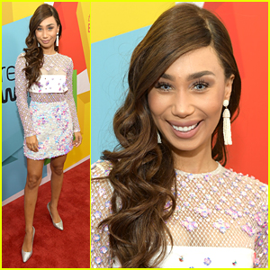 Eva Gutowski Tries Out The Blue Eyes Trend at Streamy Awards 2017