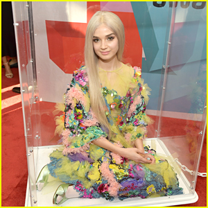 Singer Poppy Arrives at Streamy Awards 2017 in a Box!