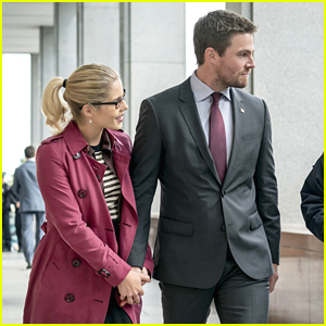 Oliver & Felicity Hold Hands For Star City's Thanksgiving Dedication on 'Arrow'