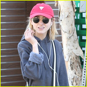 Natalia Dyer Returns To LA After Attending the Fashion Awards With Charlie Heaton