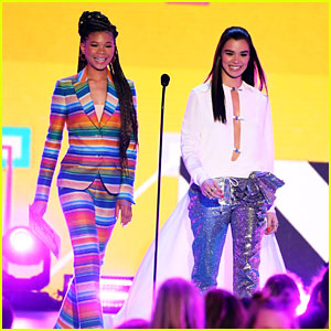 Storm Reid Presents First KCAs 2018 Award with Hailee Steinfeld!