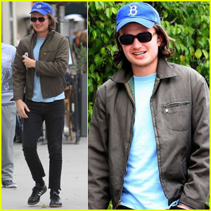 Joe Keery Grabs Lunch in Beverly Hills With Friends!