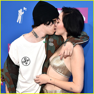 Noah Cyrus & Lil Xan Kiss at MTV VMAs 2018 Red Carpet