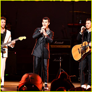 Jonas Brothers Kick Off Grammys Weekend with MusiCares Performance!