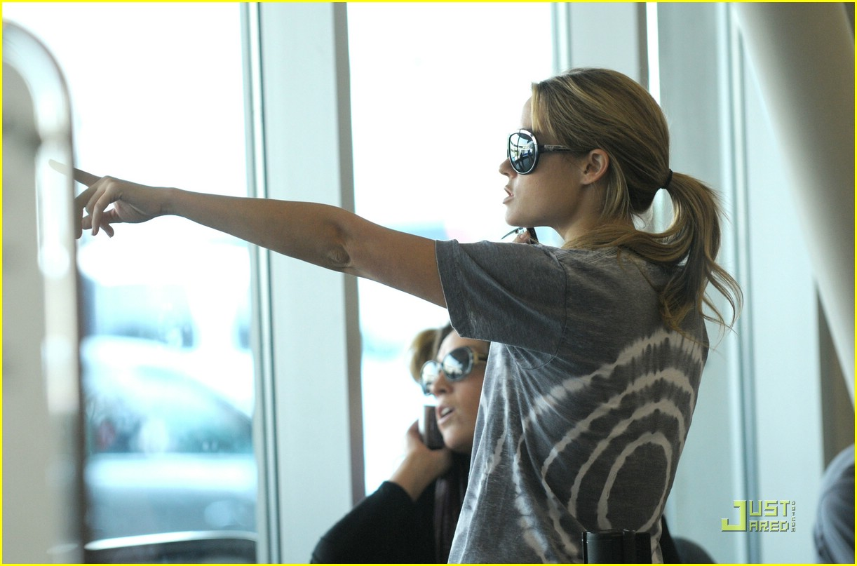 lauren conrad lax flight 09